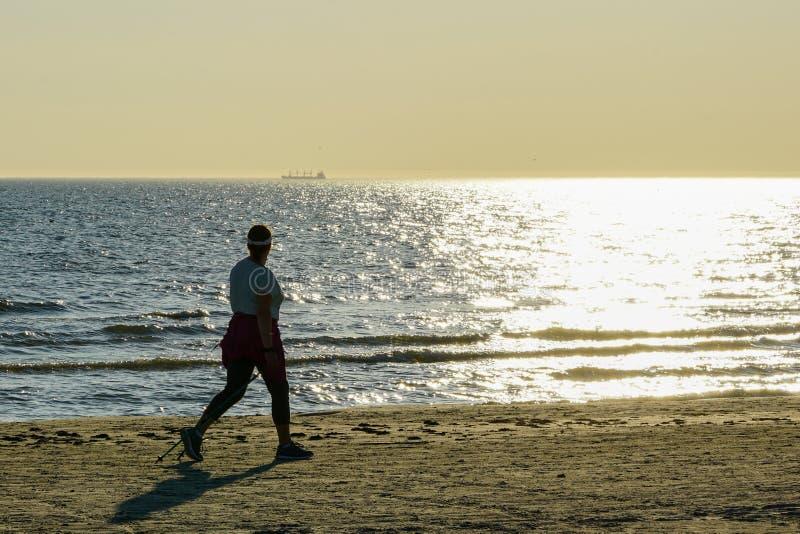 Passeio nórdico ao longo da costa de mar Báltico no por do sol imagens de stock royalty free