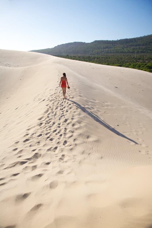 Passeio na duna da praia de Bolonia fotos de stock royalty free