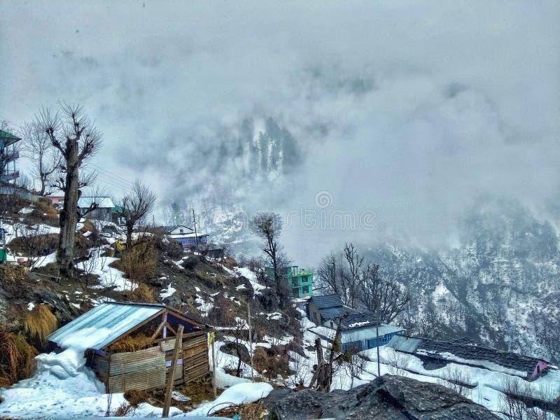Passeio na montanha da manhã na queda da neve fotografia de stock royalty free