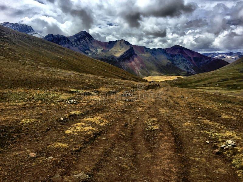 Passeio na montanha da montanha do arco-íris fotografia de stock royalty free