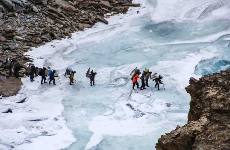 Passeio na montanha de Chadar Povos que cruzam o rio congelado de Zanskar Leh Ladakh India foto de stock