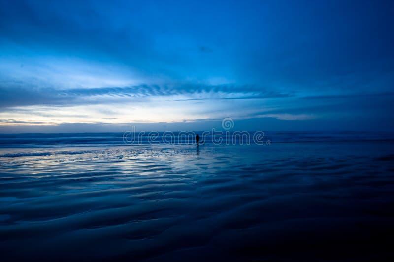 Passeio na praia na noite imagens de stock