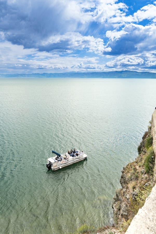 Passeio no lago do ohrid em Macedônia, vista aérea do barco de turista fotos de stock royalty free