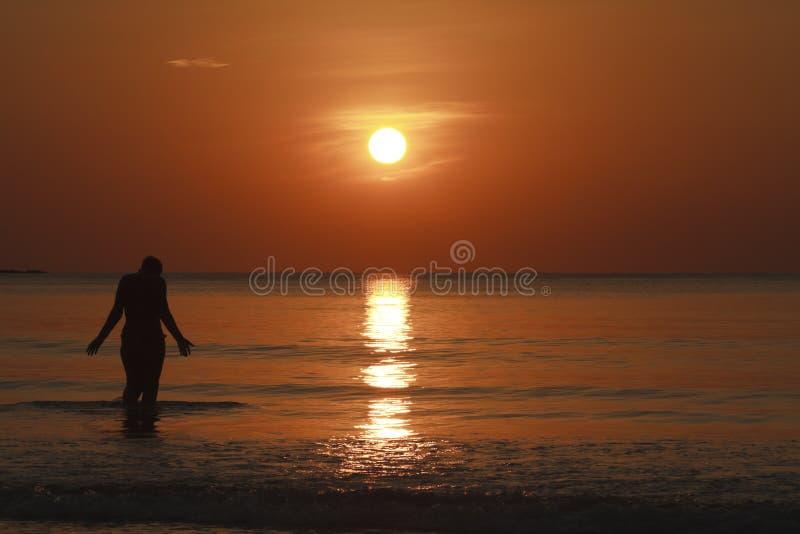 Passeio no mar no por do sol foto de stock