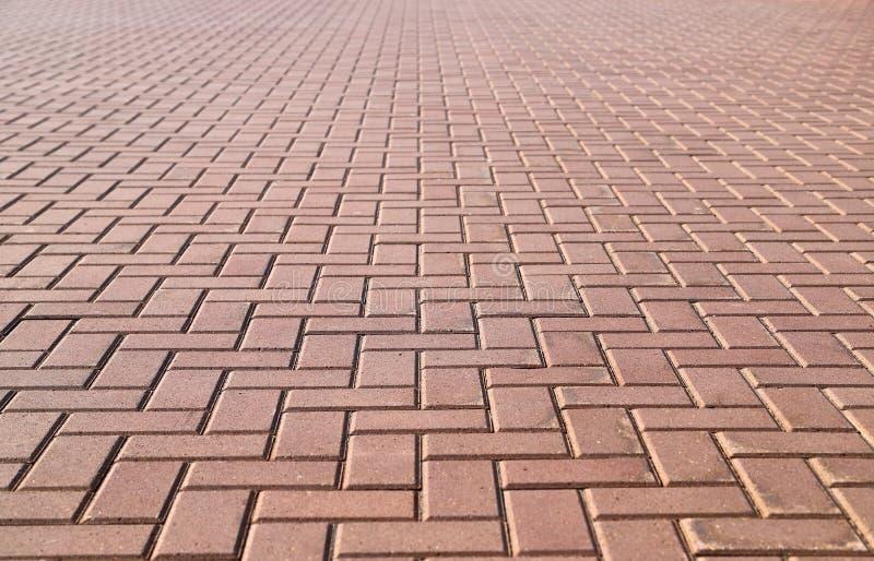 Passeio pavimentado com as telhas vermelhas quadradas e retangulares na perspectiva fotografia de stock royalty free