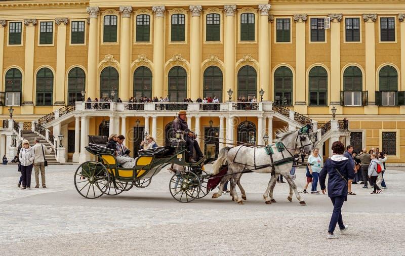 Passeio romântico em torno do castelo de Schonbrunn fotografia de stock