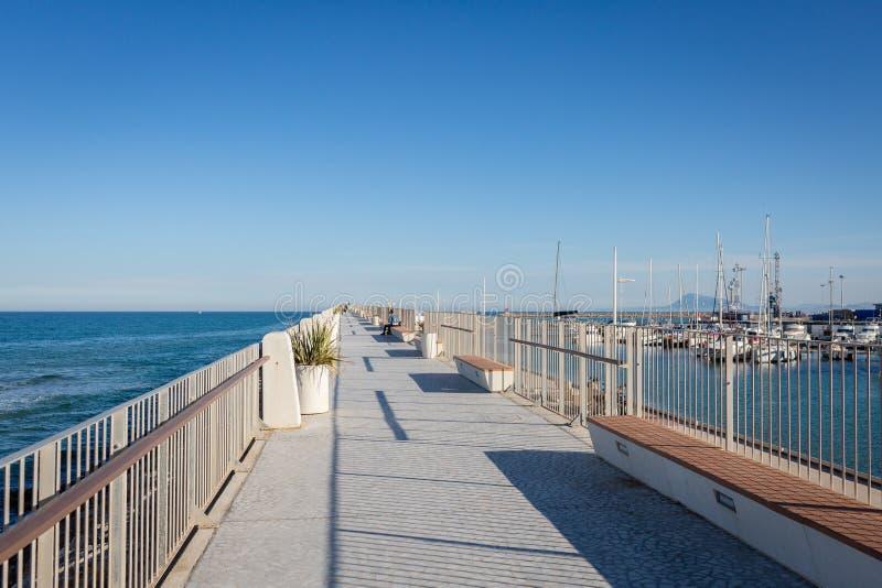 Passeio vazio ao lado do porto de Gandia, Espanha imagem de stock
