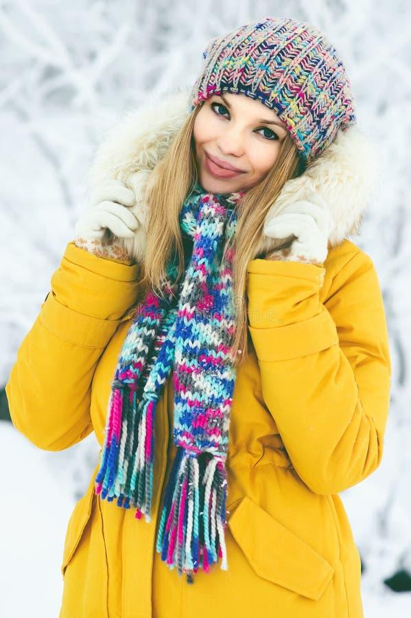 Passeio vestindo de sorriso feliz do chapéu e do lenço da jovem mulher exterior foto de stock royalty free