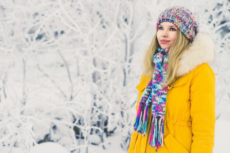 Passeio vestindo de sorriso feliz do chapéu e do lenço da jovem mulher exterior fotos de stock royalty free