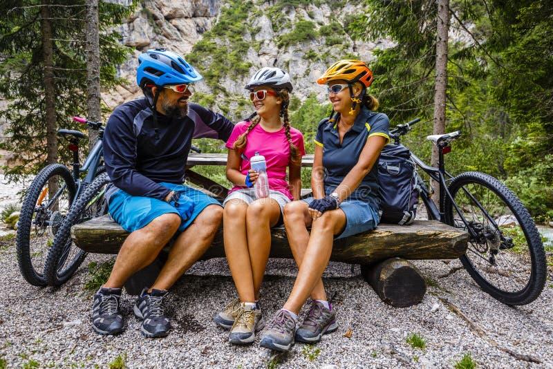 Passeios da bicicleta da família nas montanhas fotografia de stock