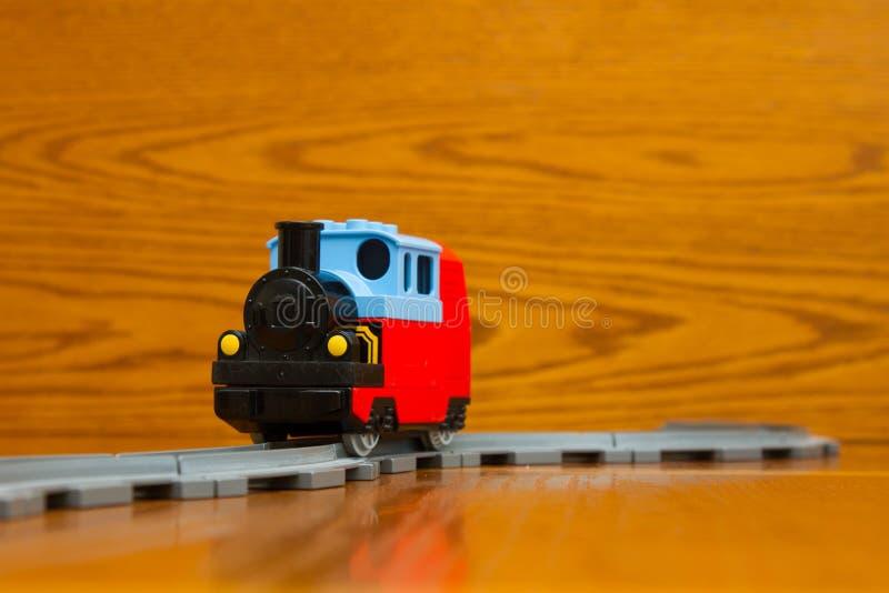 Passeios de um trem do brinquedo nos trilhos fotografia de stock royalty free