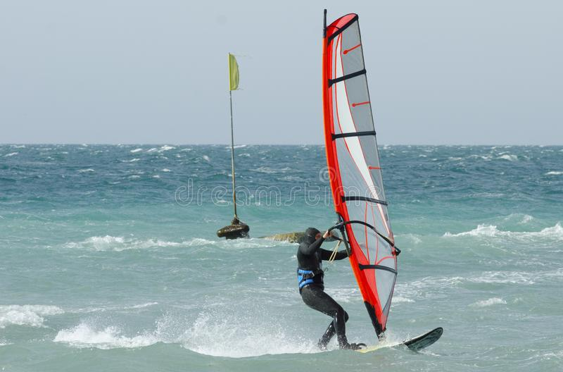 Passeios do Windsurfer no Mar Negro Anapa, R?ssia fotografia de stock