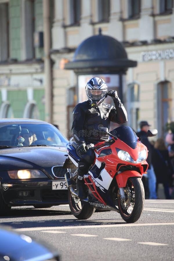 Passeios dos motociclistas ao longo de Nevsky Prospekt ao quadrado do palácio para atender ao evento fotos de stock royalty free