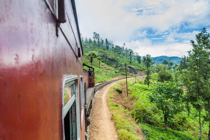 Passeios nos montes perto da vila de Idalgashinna, Lan do trem local de Sri fotografia de stock