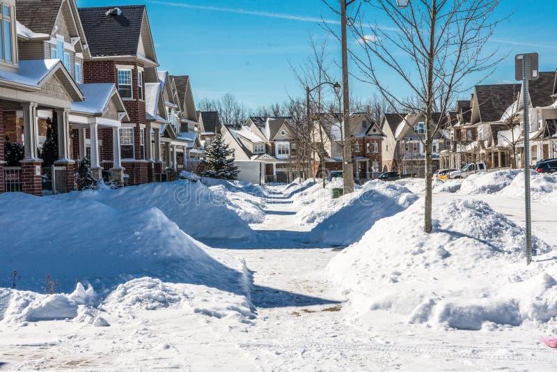 Passeios perto das casas canceladas da neve por residentes foto de stock royalty free