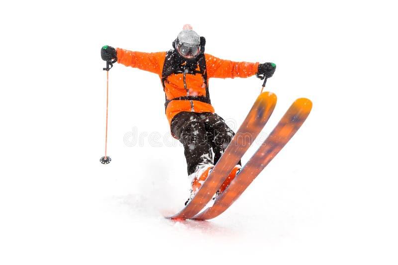 Passeios profissionais do atleta do esquiador fora da neve profunda ao executar um truque de esqui em uma tempestade de neve A es imagem de stock