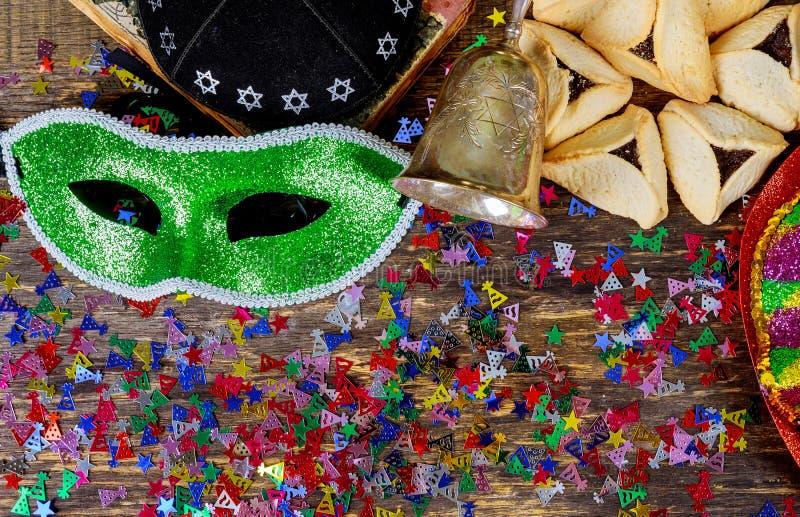 Passen de Purim Joodse vakantie met purimmasker en purim een noisemaker op een uitstekende houten achtergrond met copys af stock foto