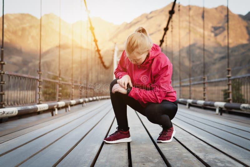 Passen Sie f?r Sport mit smartwatch auf R?ttelndes Training f?r Marathon stockbild