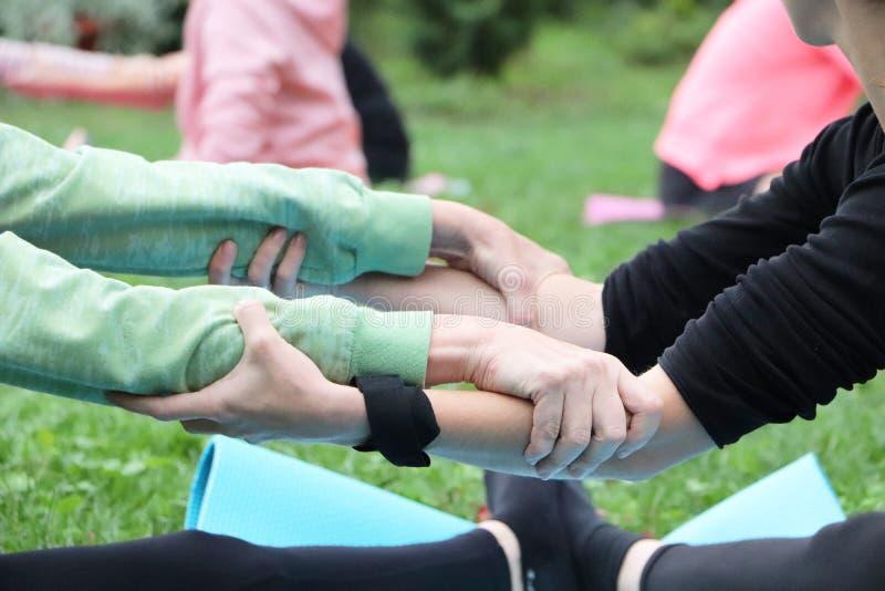 Passen Sie Yoga oder acro Yoga zusammen Das Mädchen nimmt an Naturyoga teil stockbilder