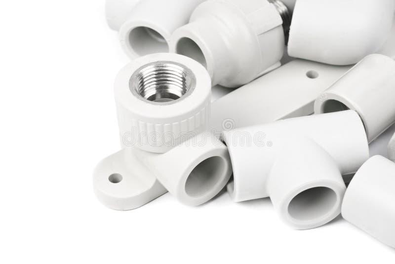 Passend - pvc-verbindingskoppeling om polypropyleenbuizen, op een wit aan te sluiten stock afbeeldingen