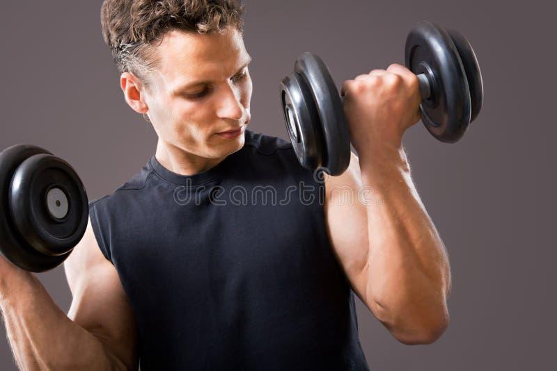 Passender muskulöser Mann lizenzfreie stockfotografie