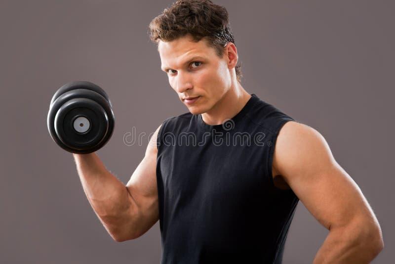 Passender muskulöser Mann stockfotografie