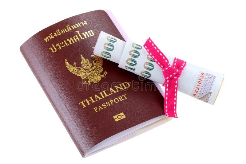 Passeport électronique thaïlandais avec une certaine somme d'argent de poche images stock