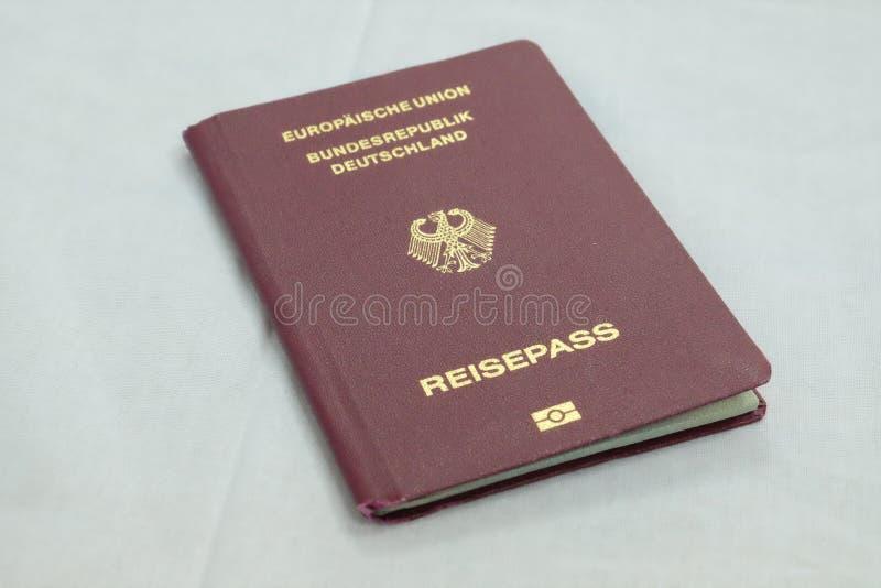 Passeport allemand avec le fond blanc photo libre de droits