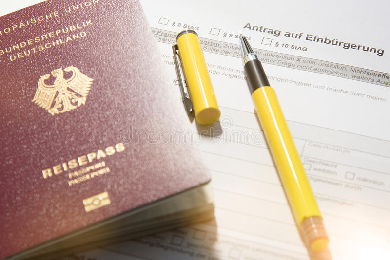 Passeport allemand et pétition pour le naturalizatio images stock