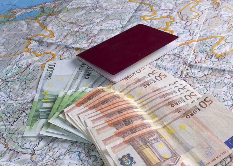 Passeport, argent et une carte sur la table image stock