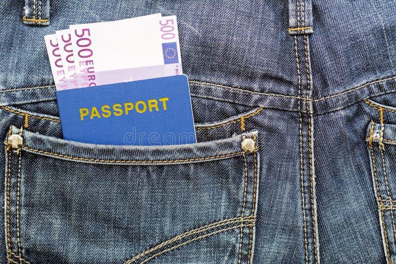 Passeport avec des euros dans la poche de jeans images stock