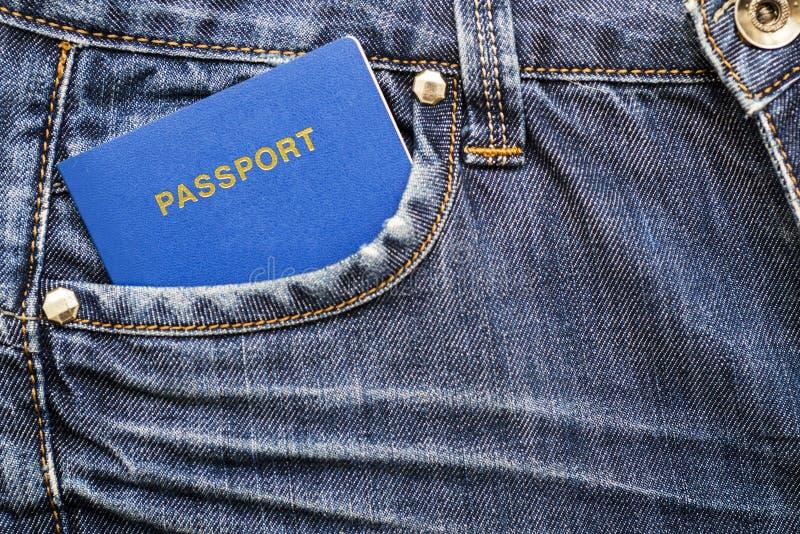 Passeport avec des euros dans la poche de jeans image libre de droits