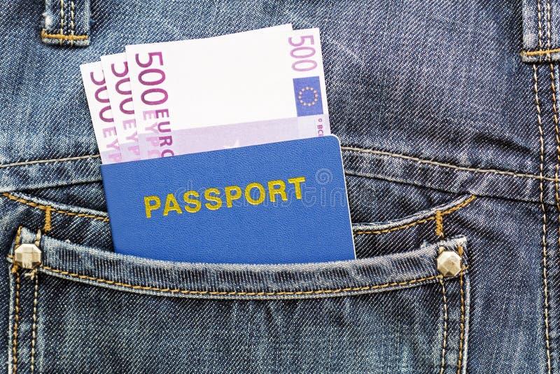 Passeport avec des euros dans la poche de jeans image stock