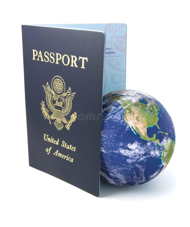 Passeport avec la terre sur le blanc image stock
