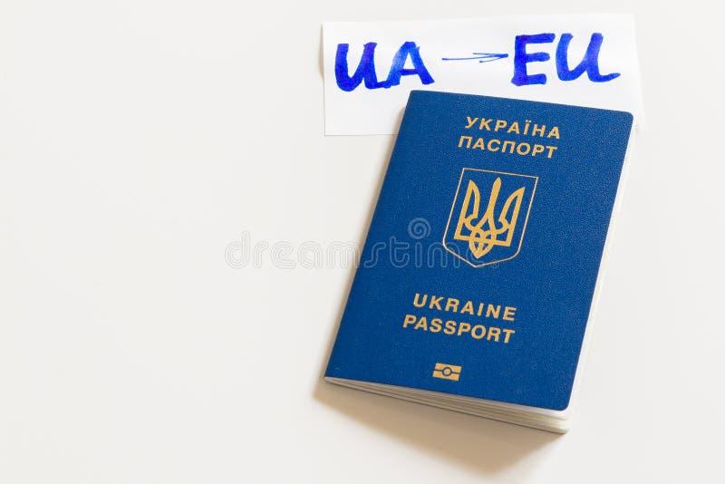 Passeport biométrique ukrainien avec l'inscription UA-EU sur un fond blanc image libre de droits
