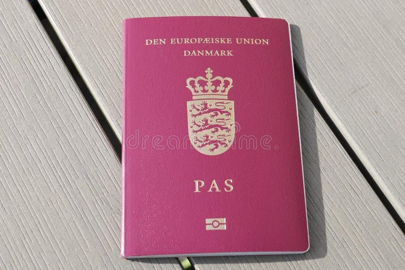 Passeport danois Passeport biométrique Identification internationale pour le citoyen danois image stock