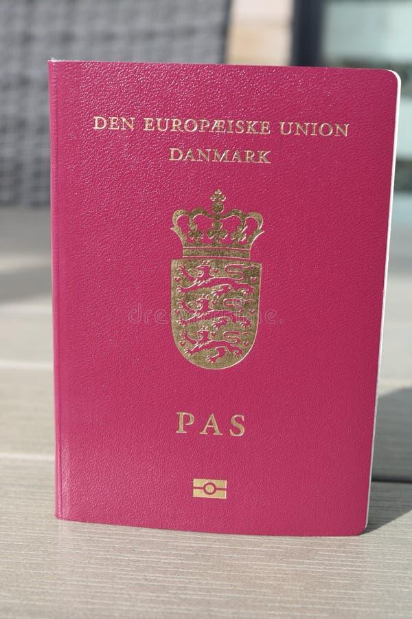 Passeport danois Passeport biométrique Identification internationale pour le citoyen danois image libre de droits