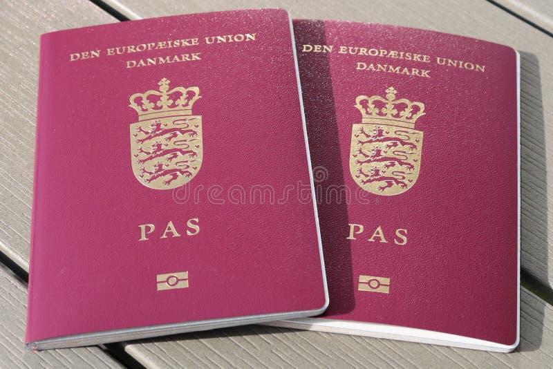 Passeport danois Passeport biométrique Identification internationale pour le citoyen danois photo libre de droits