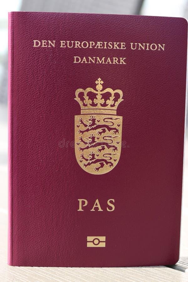 Passeport danois Passeport biométrique Identification internationale pour le citoyen danois images libres de droits