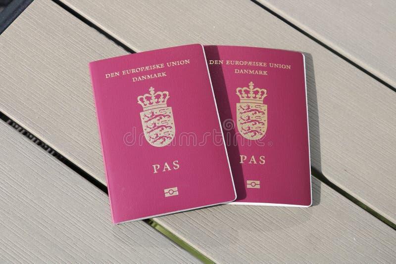 Passeport danois Passeport biométrique Identification internationale pour le citoyen danois images stock