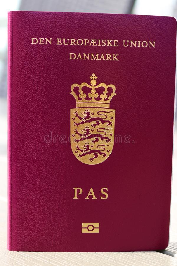 Passeport danois Passeport biométrique Identification internationale pour le citoyen danois photos libres de droits