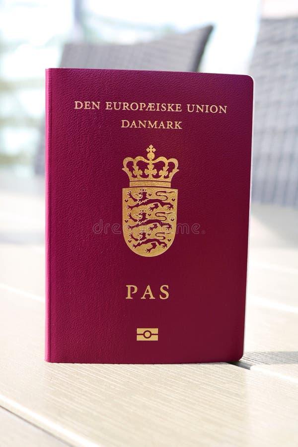 Passeport danois Passeport biométrique Identification internationale pour le citoyen danois photographie stock