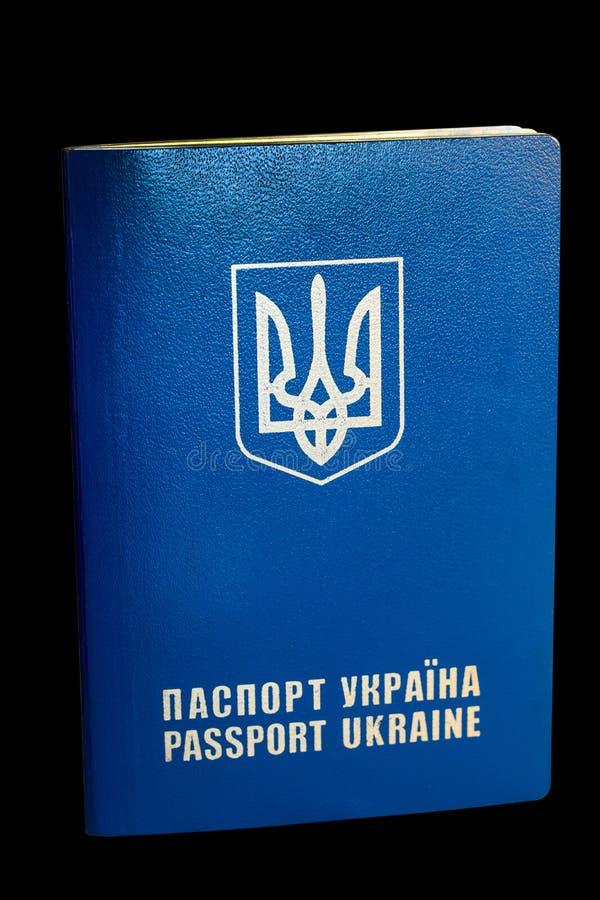 Passeport de citoyen de l'Ukraine sur un fond noir photos stock
