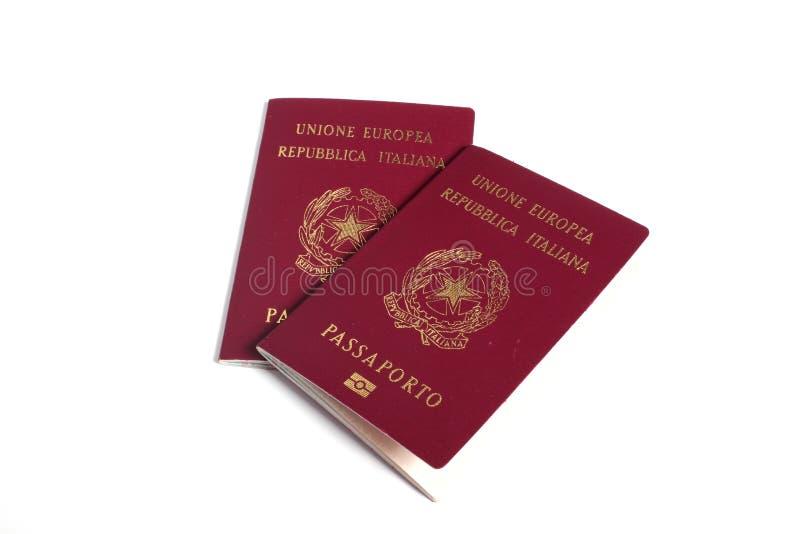 Passeport de deux Italiens d'isolement sur le blanc photos stock