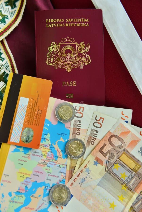 Passeport de l'état letton avec l'argent image stock