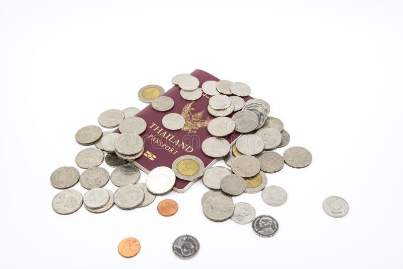 Passeport de la Thaïlande et argent de pièce de monnaie de baht thaïlandais photo libre de droits