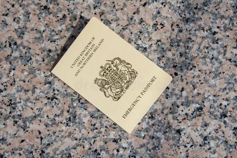 Passeport de secours fourni à un citoyen BRITANNIQUE par le consulat BRITANNIQUE dedans images stock
