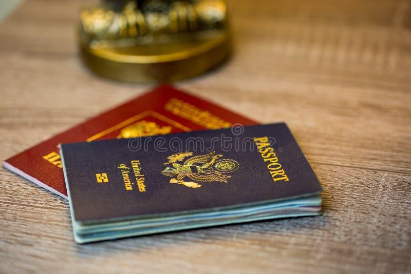 Passeport des Etats-Unis avec le deuxième passeport rouge photo libre de droits
