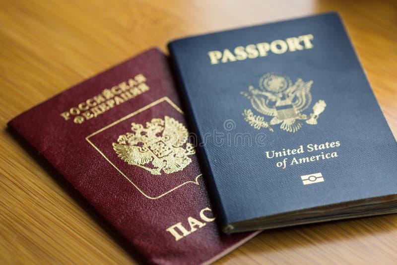 Passeport des Etats-Unis avec le passeport russe photographie stock libre de droits