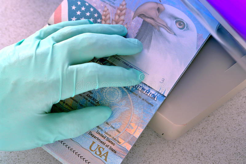 Passeport des USA balayé au compteur étranger d'immigration images libres de droits